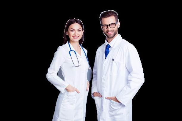 doi doctori profesionisti si prietenosi, stand cu mainile in buzunare